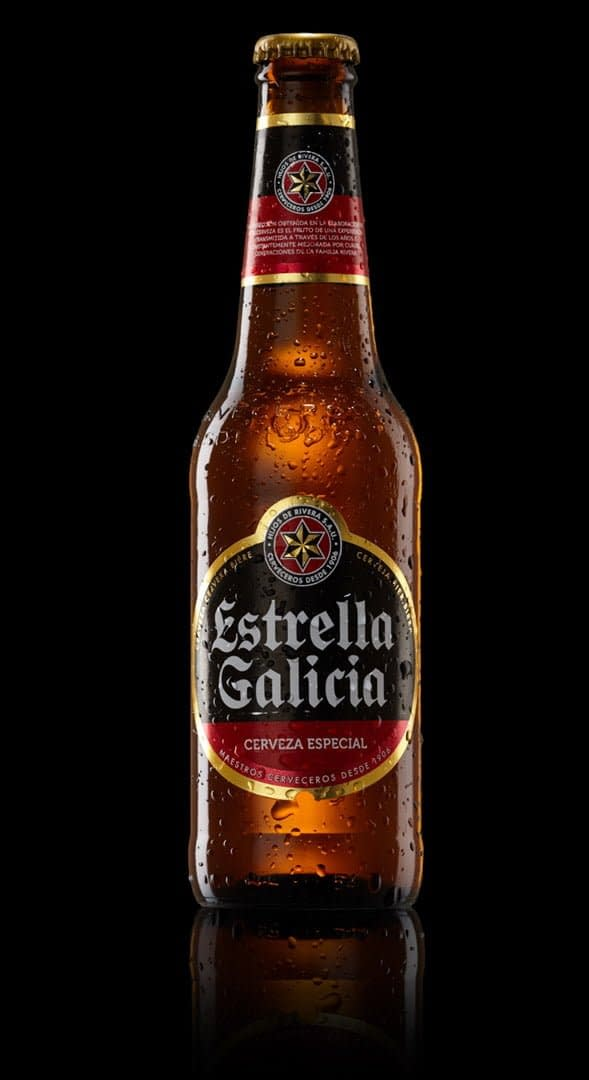 Shanghai studio beer bottle still-life product photography. Estrella Galicia, Cerveza especial. Shot in-studio, in Shanghai. Shanghai photographer with studio creates still-life campaign and KV imagery for advertising and marketing materials.